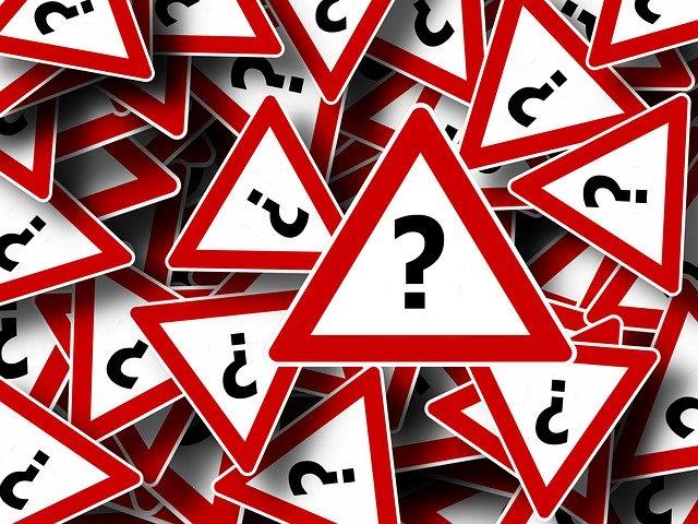 Dreieckige Verkehrsschilder mit Fragezeichen